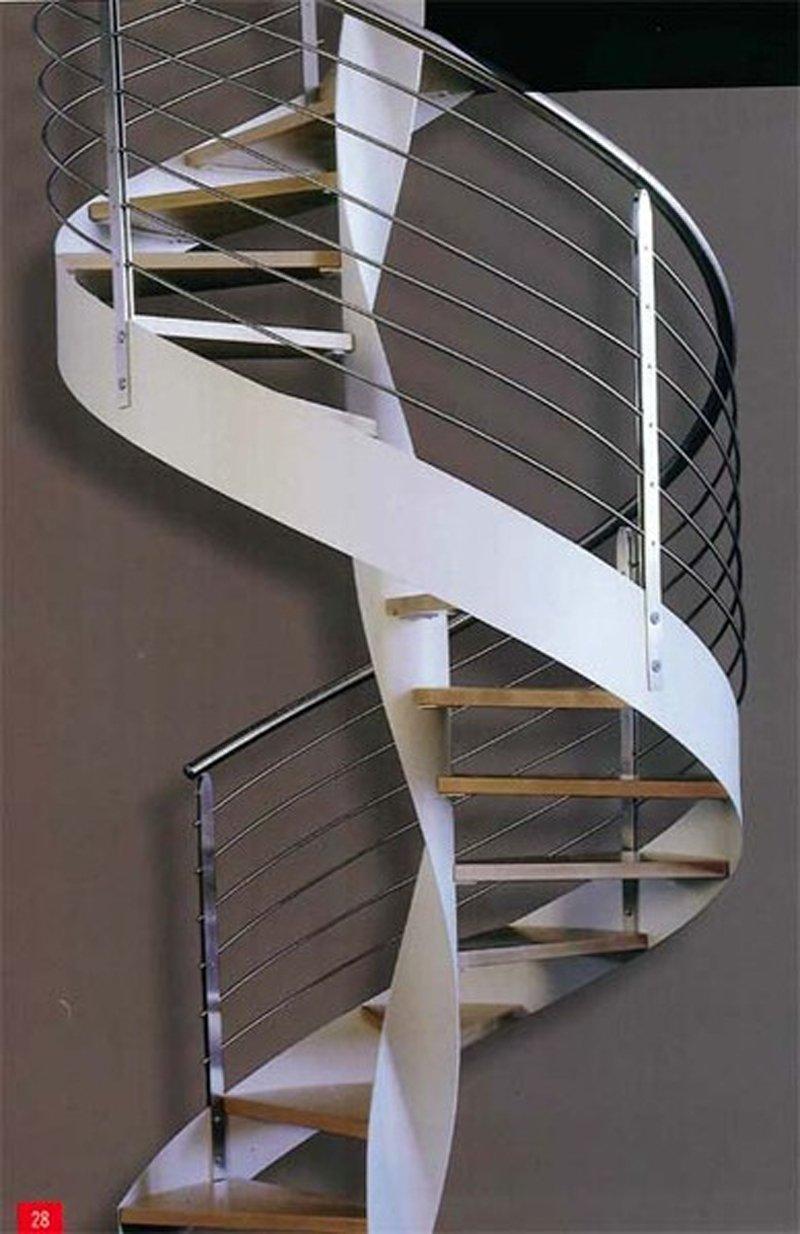 una scala a chiocciola in metallo di colore bianca