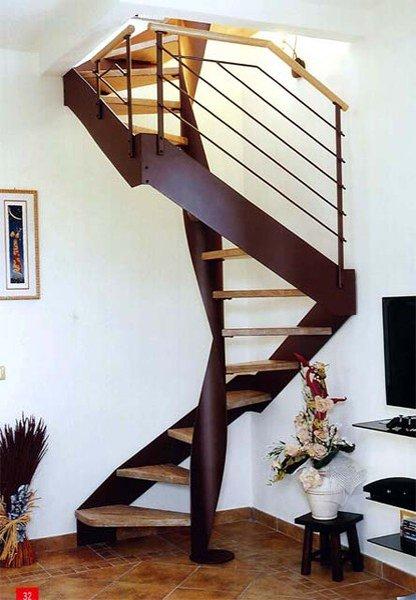 una scala a chiocciola in metallo con parete bianca