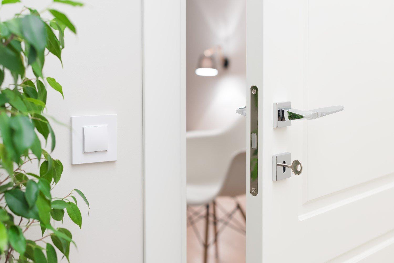 primo piano serratura di una porta con chiave inserita