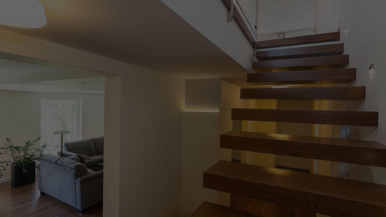 vista di una scala in legno massello