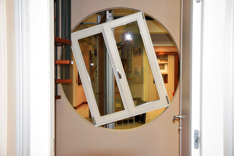 finestra incastrata dentro un buco della porta
