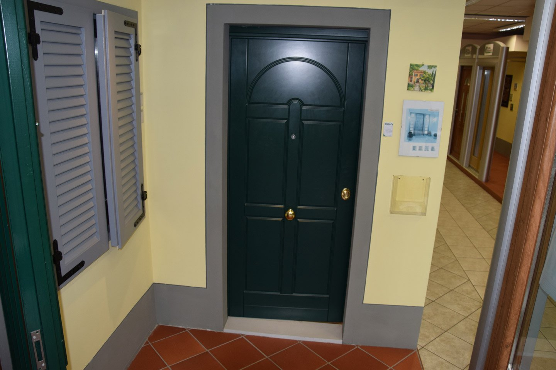 vista frontale di una porta con arredamenti
