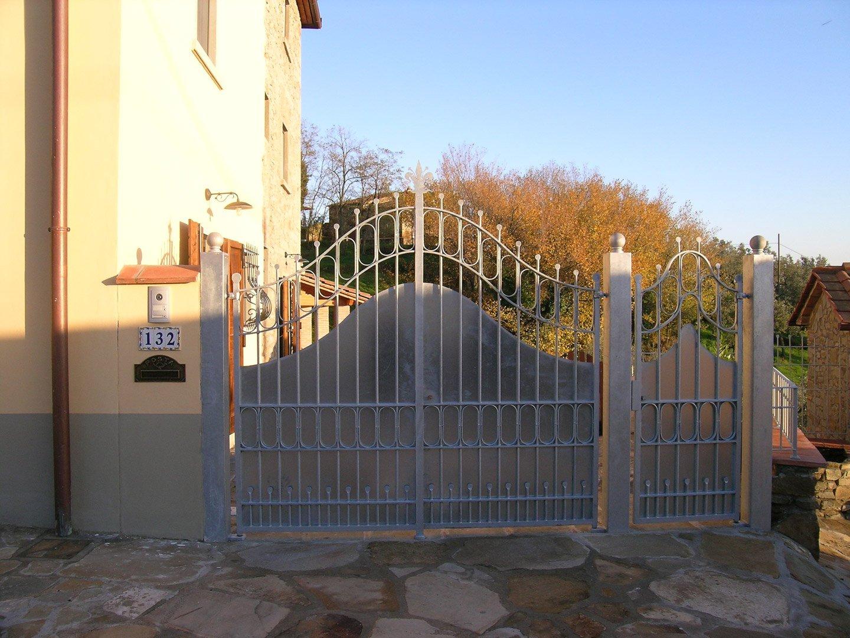 entrata di un cancello in ferro