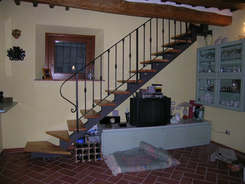 televisione sul bancone con scala in legno