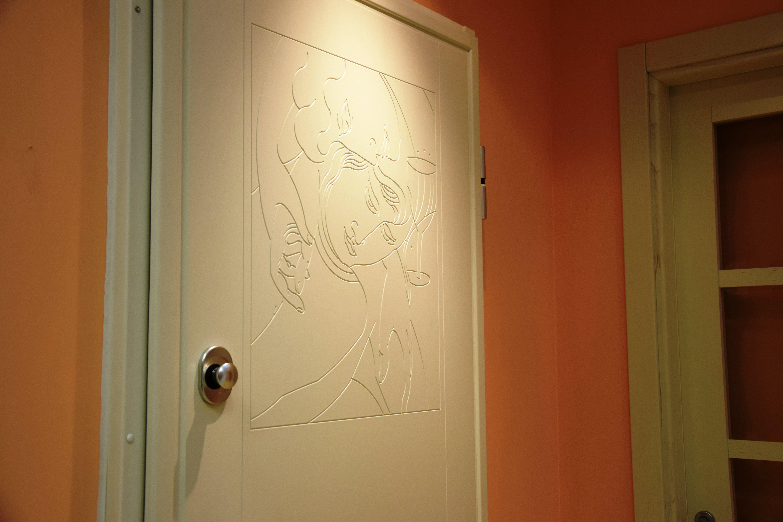 vista laterale di una porta gialla con un disgno