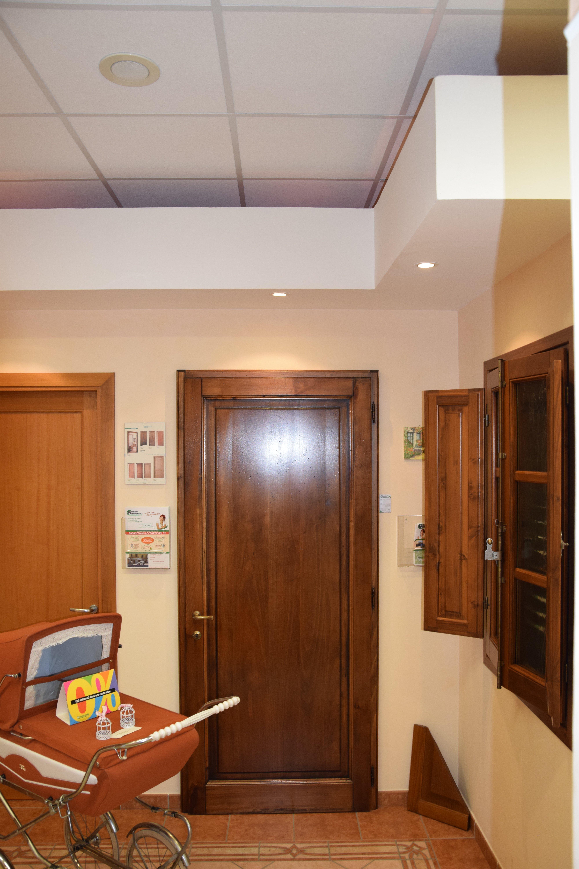 vista interna di una casa con finestre e porte in legno