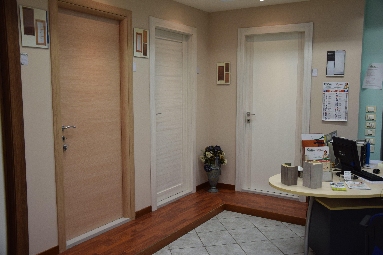 vista interna di una casa con porte in legno