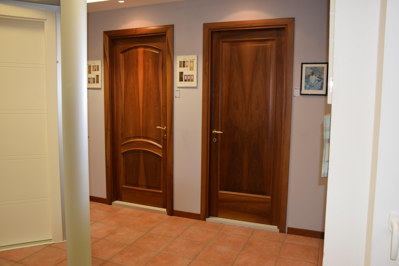 vista frontale di porte in legno