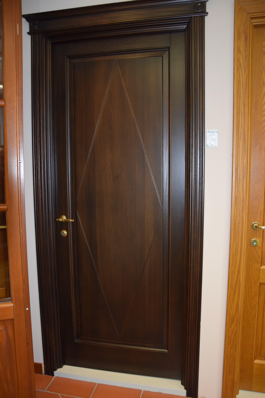 porta in legno con serrature