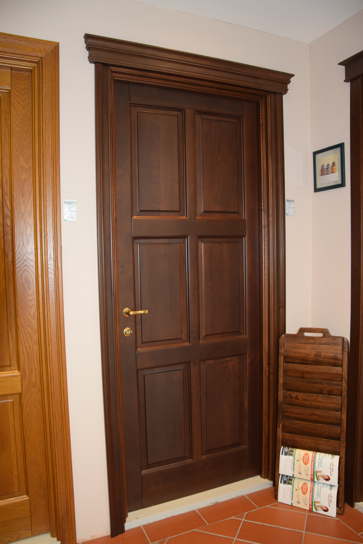 vista laterale di porte in legno