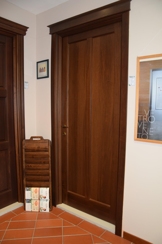 porte in legno con serramento in vetro
