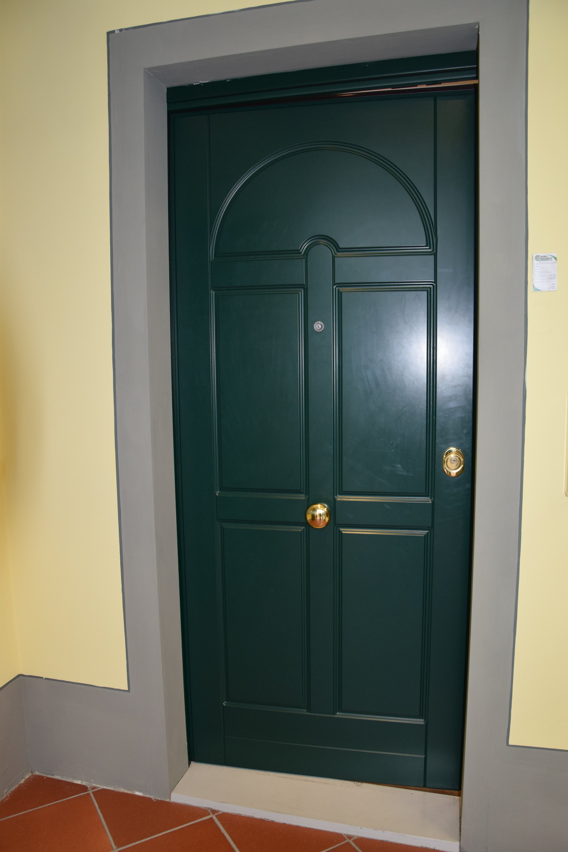 porta in legno con parete gialla