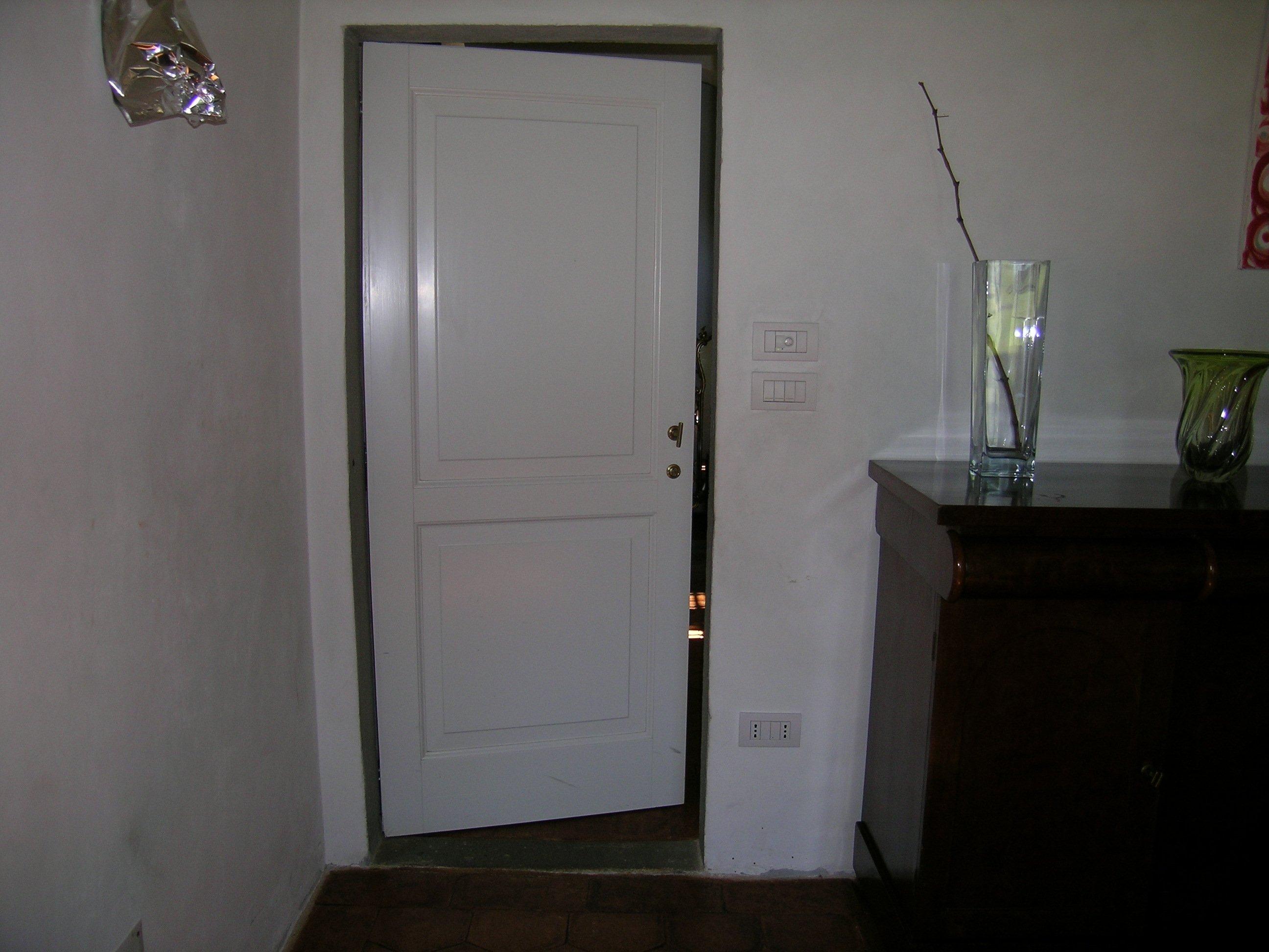 porta bianca con vaso su una mensola