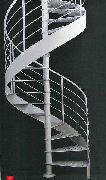 una scala a chiocciola in metallo di color grigio