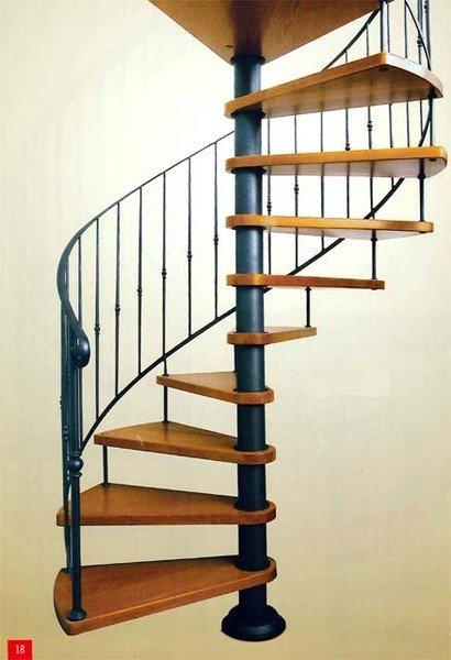 una scala a chiocciola in legno e struttura in ferro
