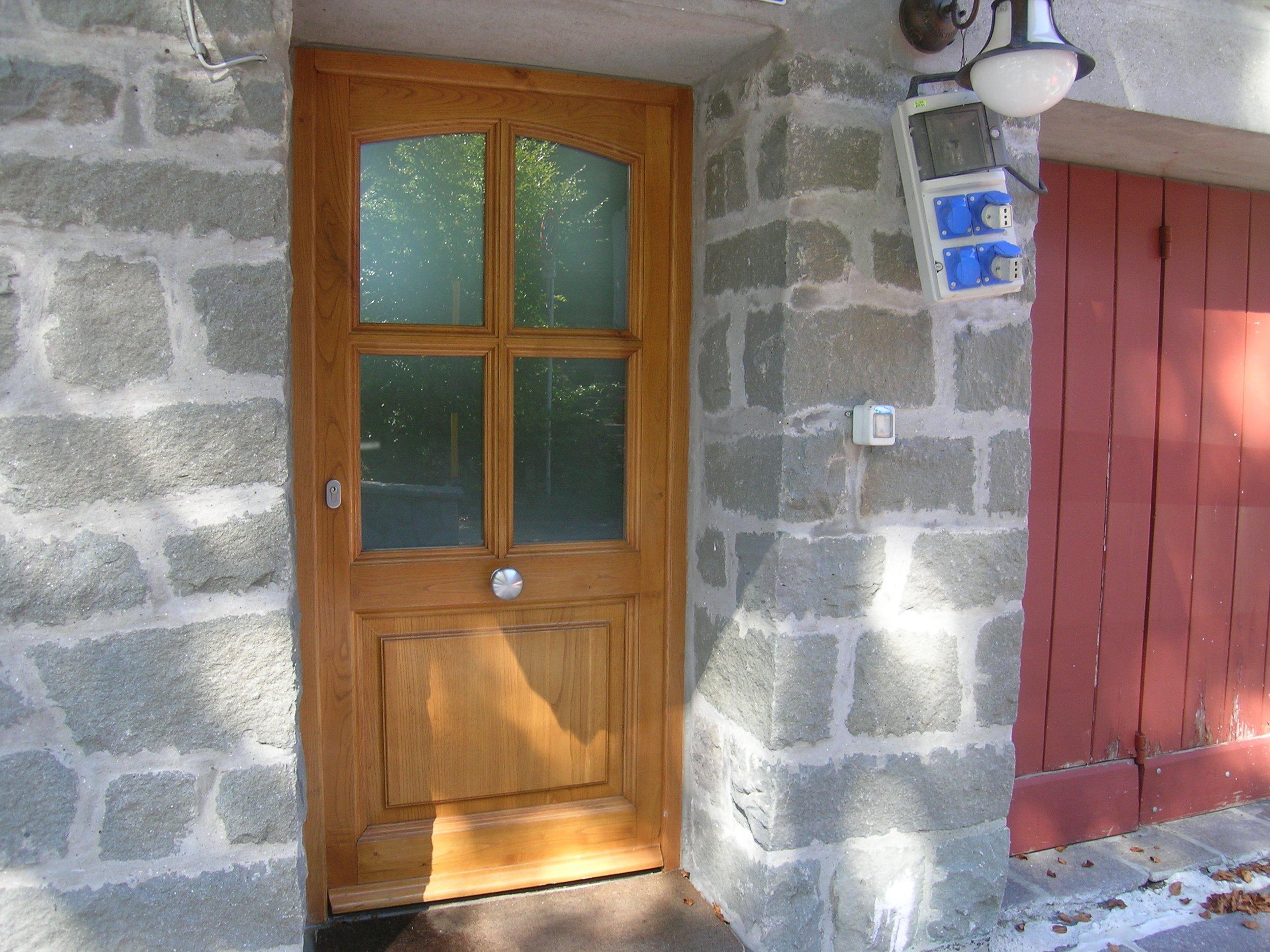 vista esterna di una finestra in legno e vetro