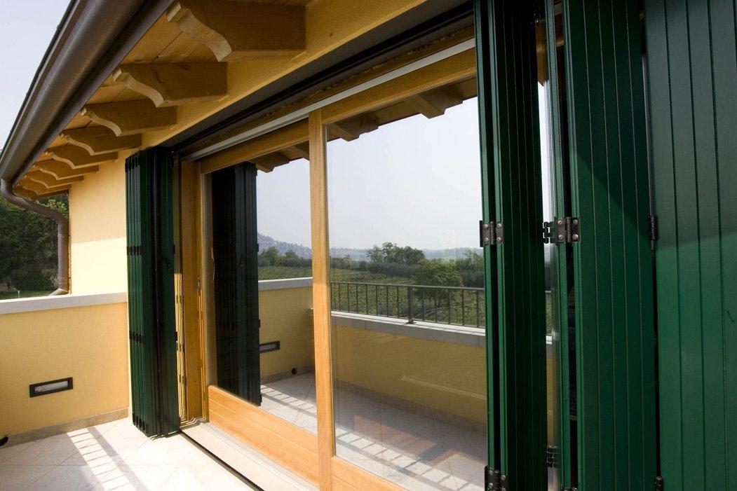 finestra a due ante aperta con infissi verdi