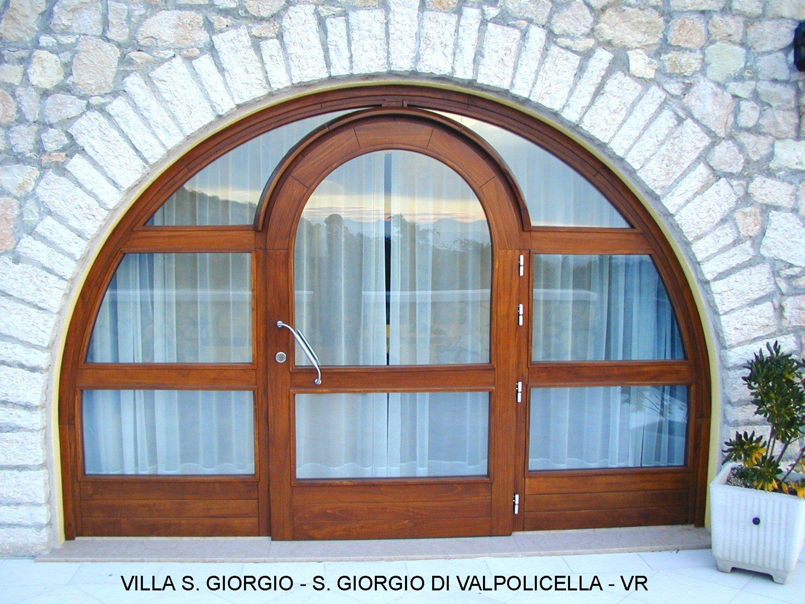 vista esterna di un serramento in vetro e legno