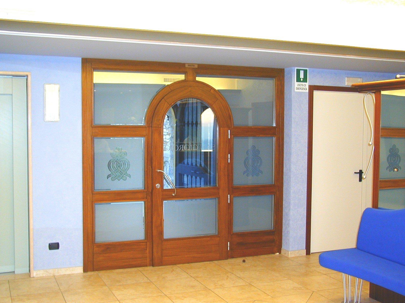 porta con cornice in legno e vetro