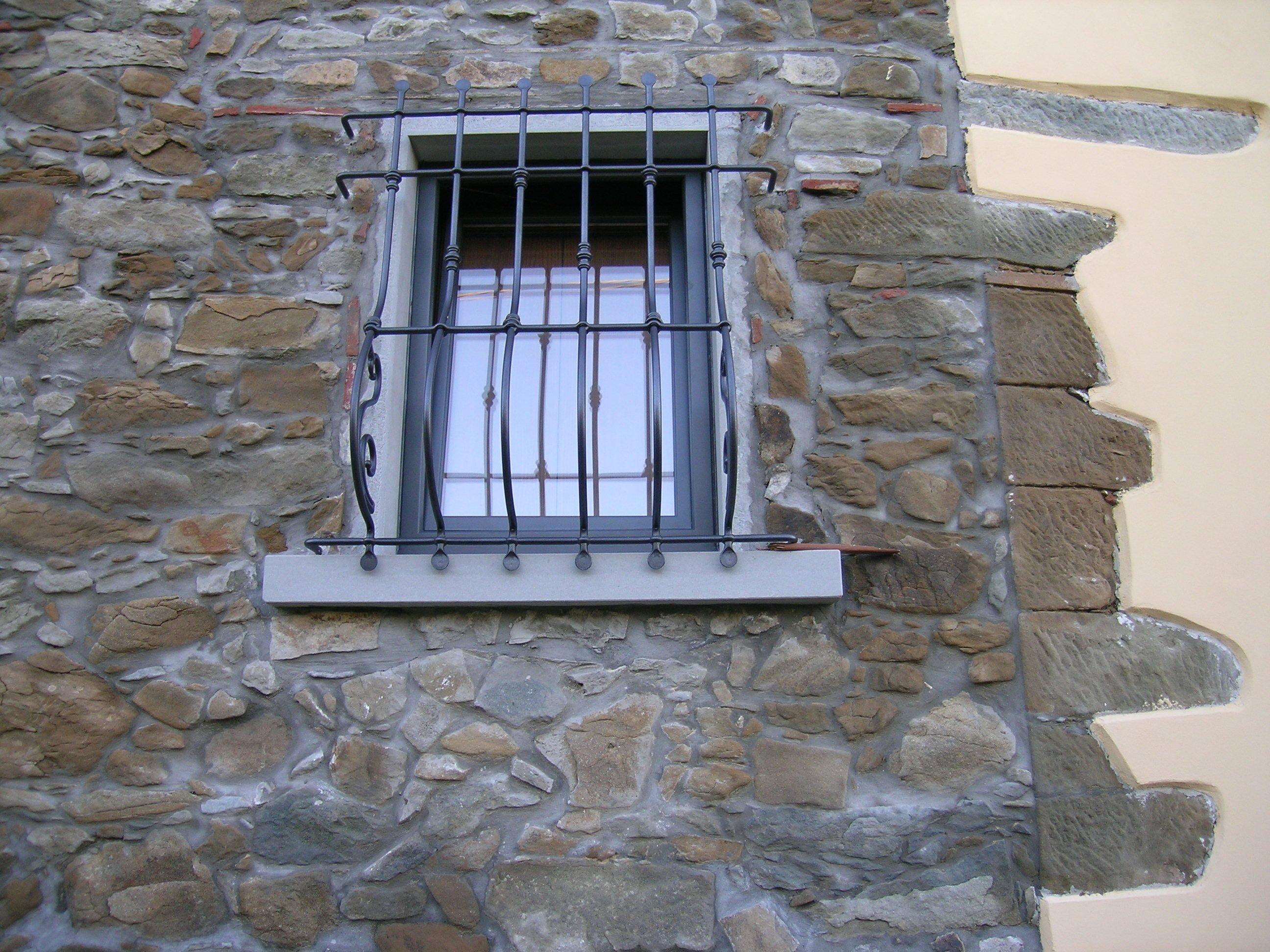 finestra con inferriate in ferro