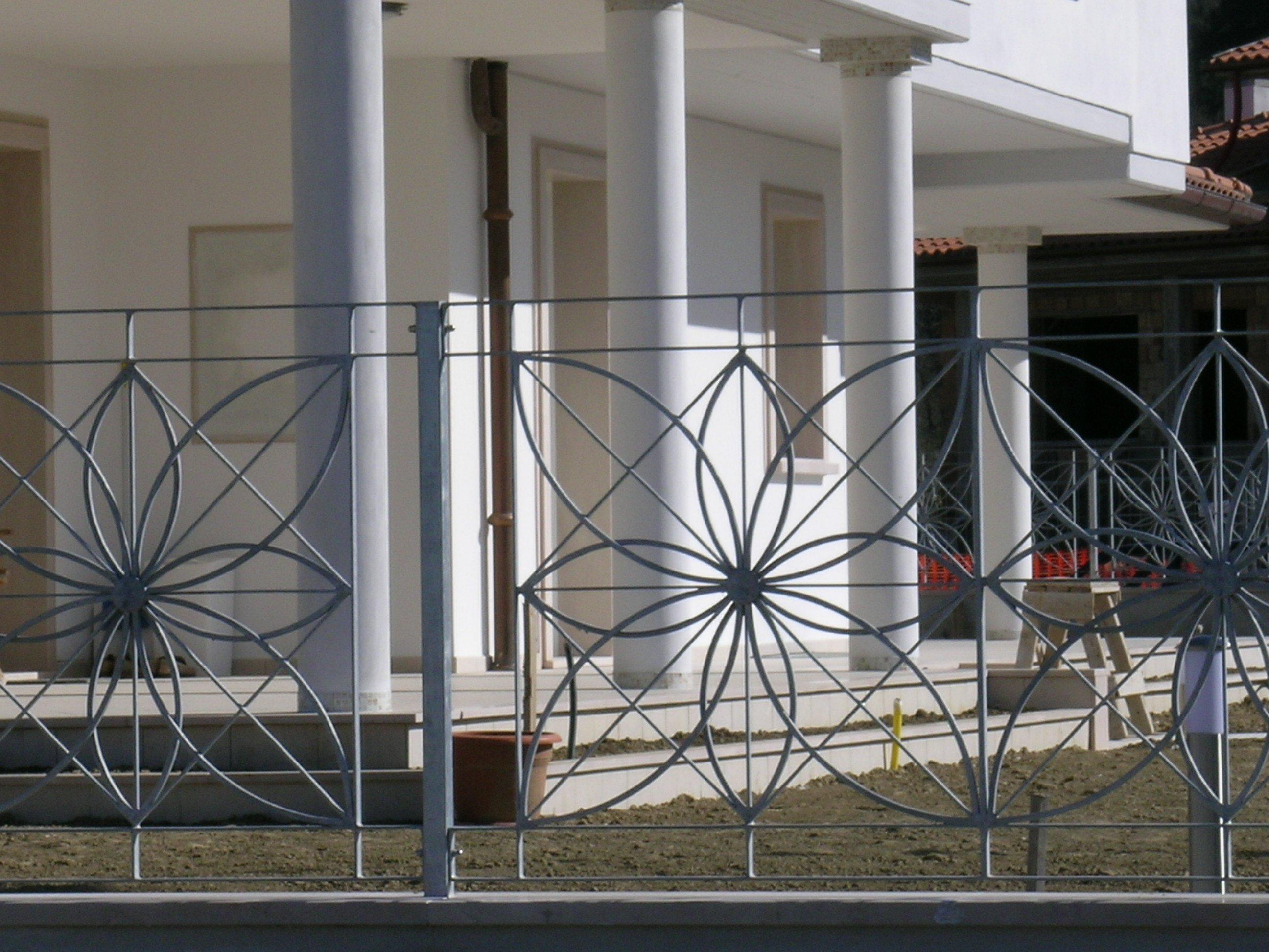 cancelli in ferro battuto di una villa