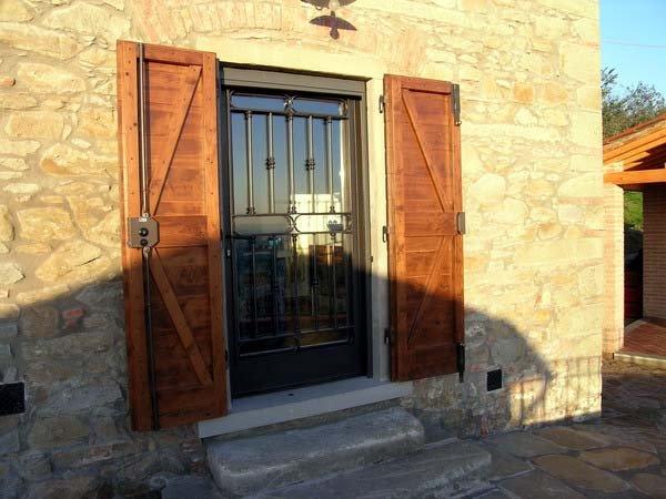 finestra in legno con inferriate