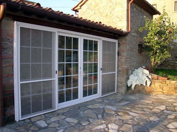 Porte e finestre protette da grate di ferro