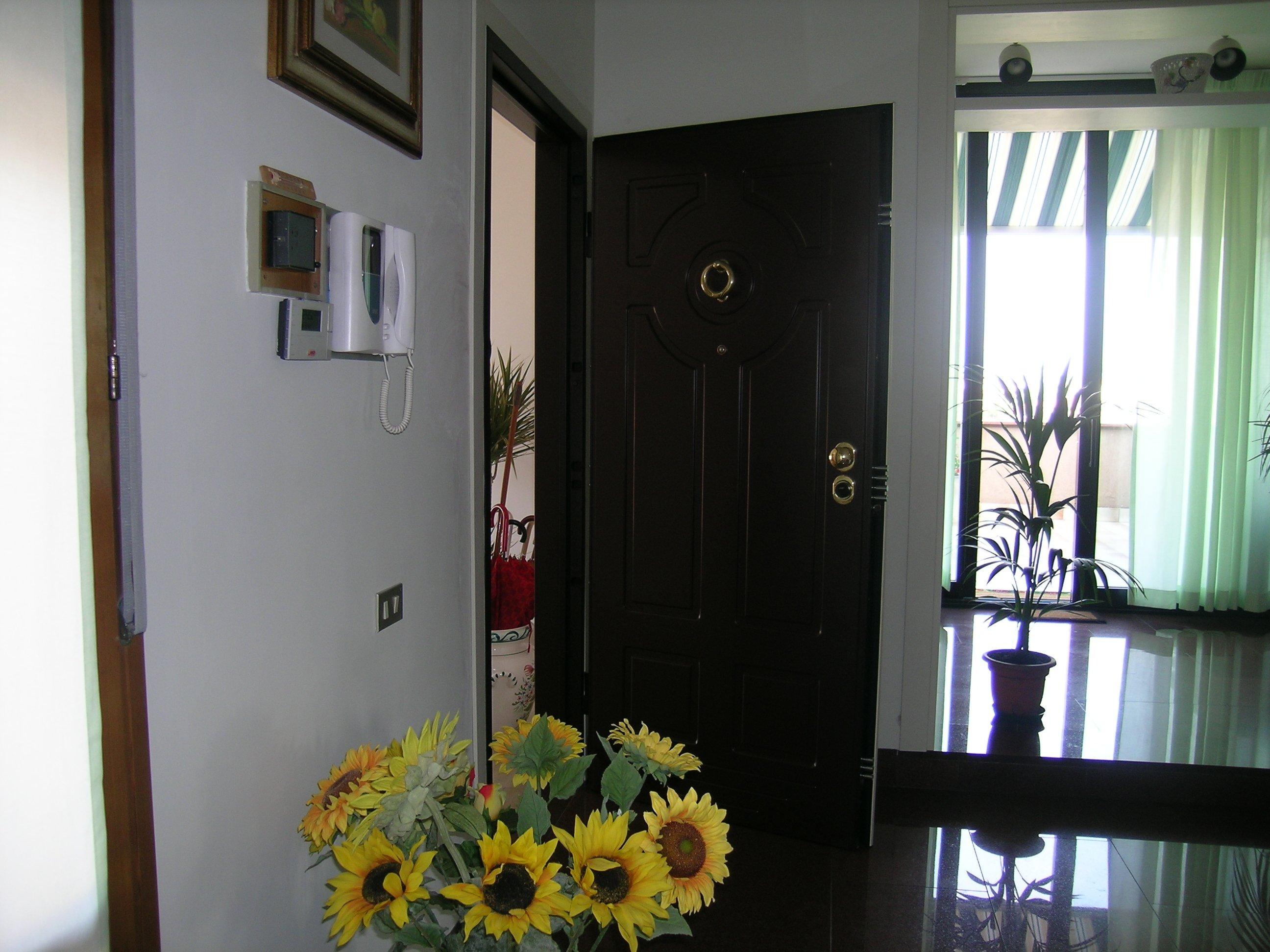 vista di una porta con attaccato telefono sulla parete