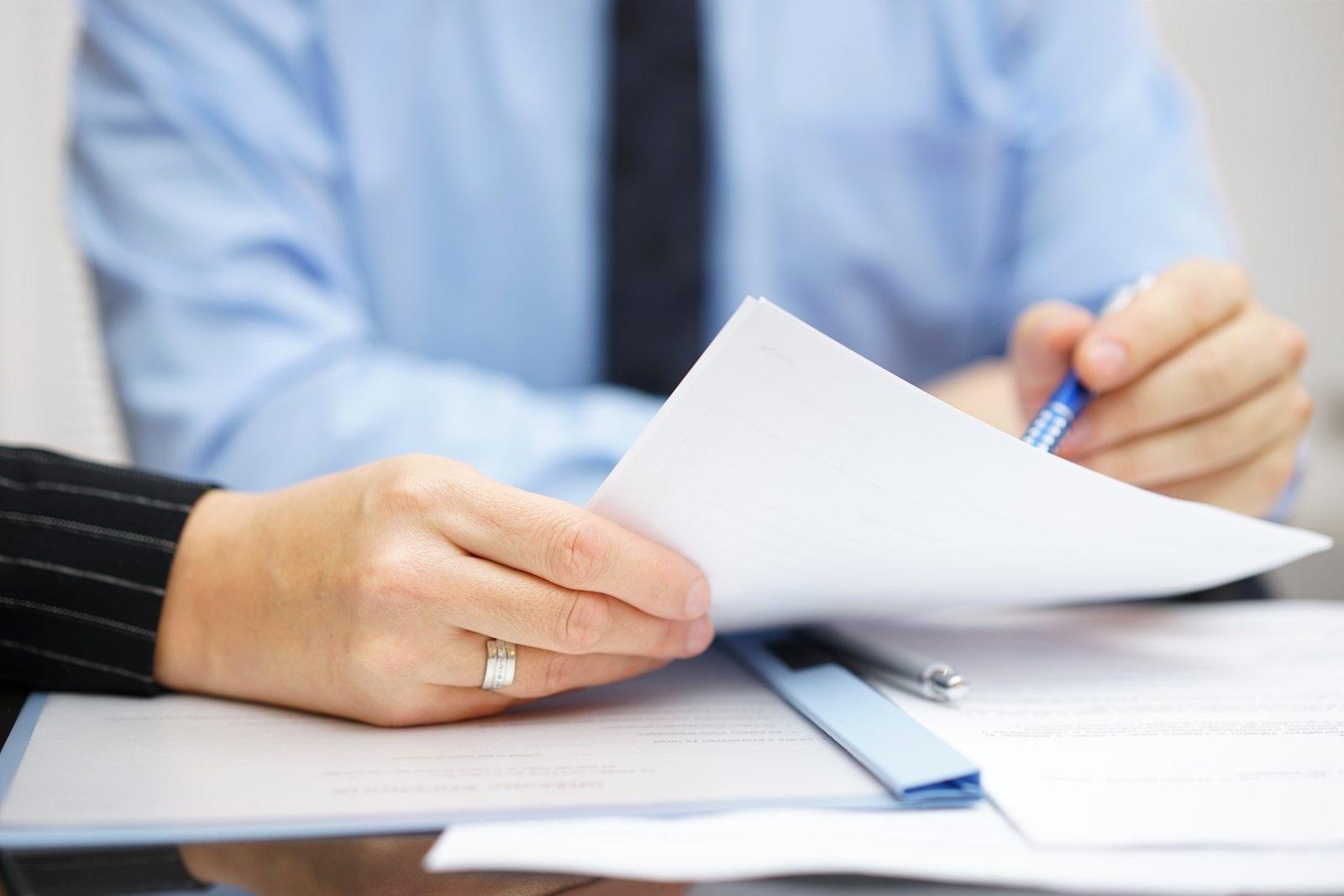 professionisti con documenti di lavoro