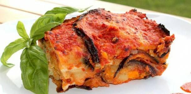 Un piatto di lasagne e delle foglie di basilico