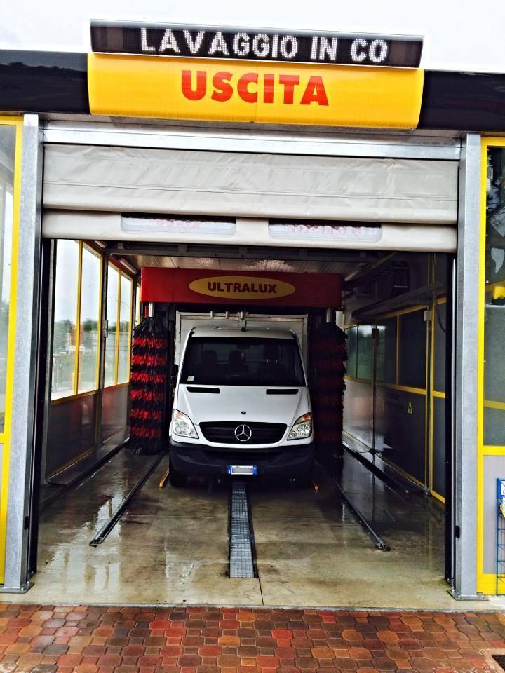 Furgone bianco in uscita dal tunnel di lavaggio automatico