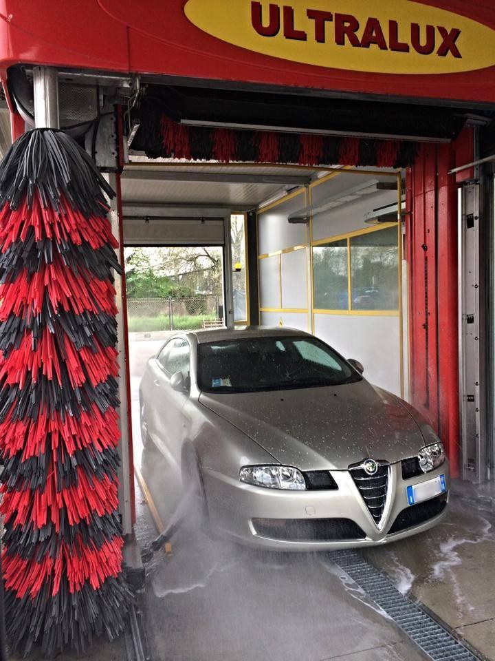 Auto grigio all'interno dell'autolavaggio