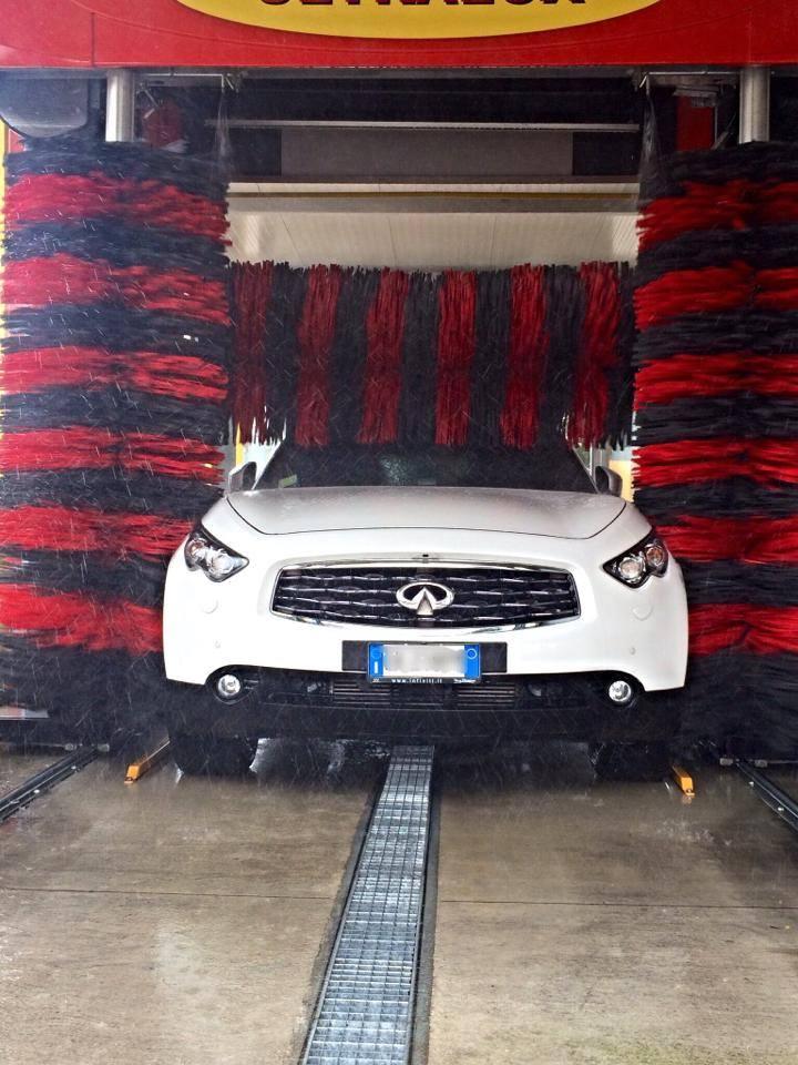 Auto bianco durante il processo di asciugatura