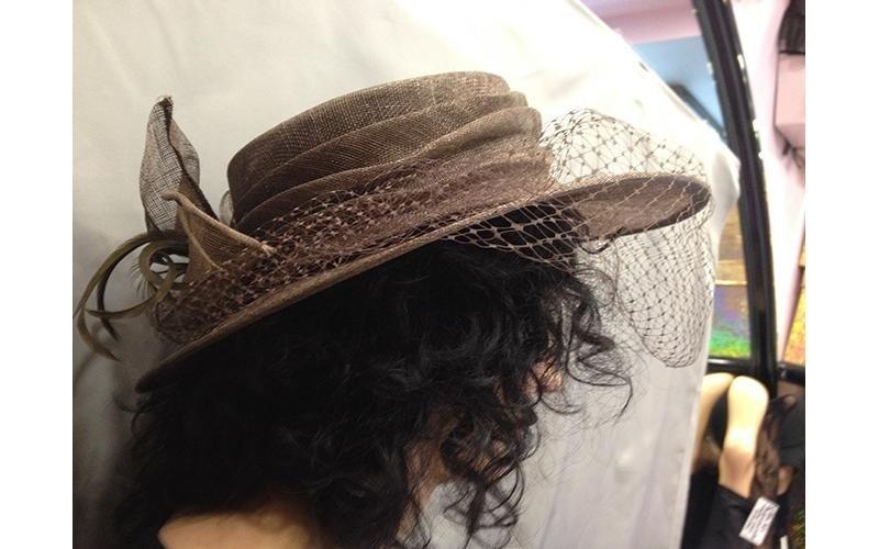 cappello marrone per matrimonio