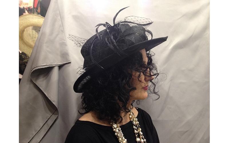 cappello nero con piume