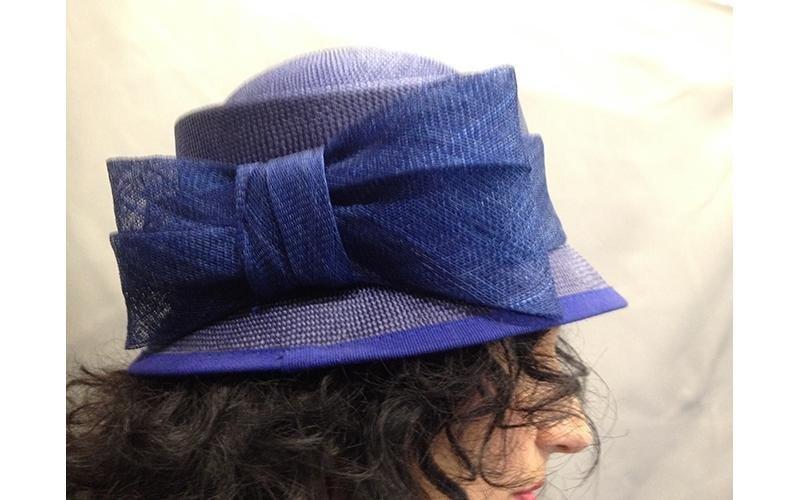 cappello blu con fiocco sul lato