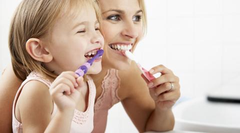 mamma che lava i denti con bimba