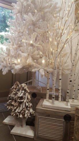 alberi di natale e decorazioni luminose