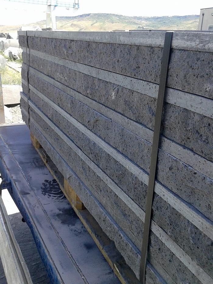di blocchi di marmo color grigio