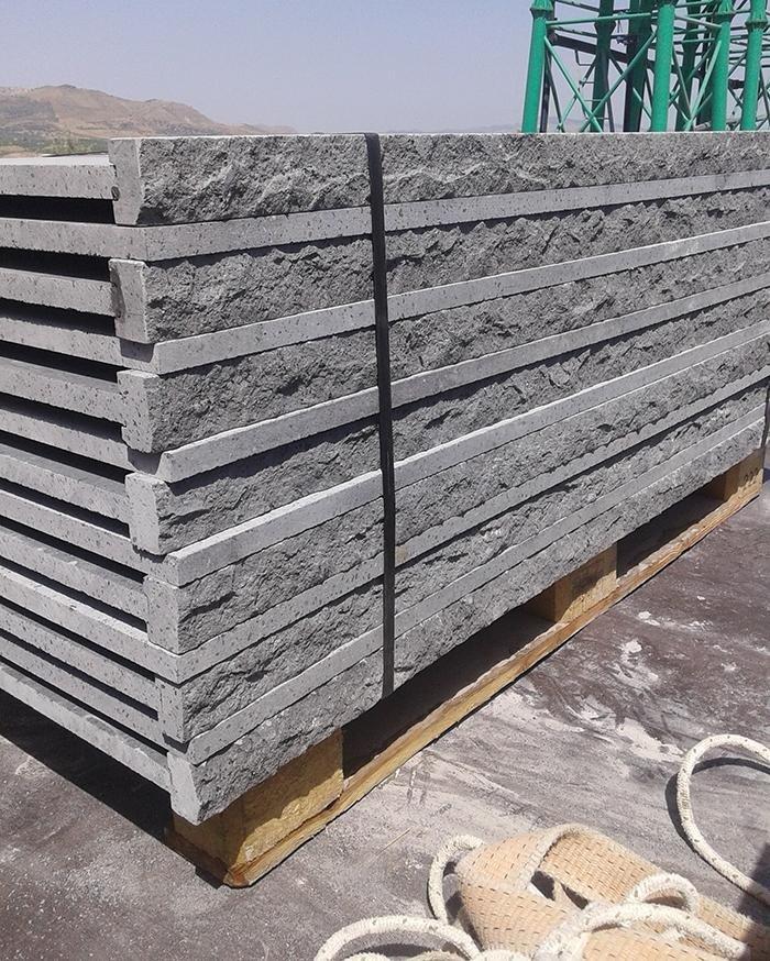 una gru speciale che solleva dei grandi blocchi di marmo