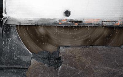 sega che taglia dei blocchi di marmo