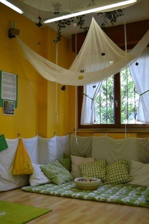 Un angolo morbido con cuscini per i bambini più piccoli.