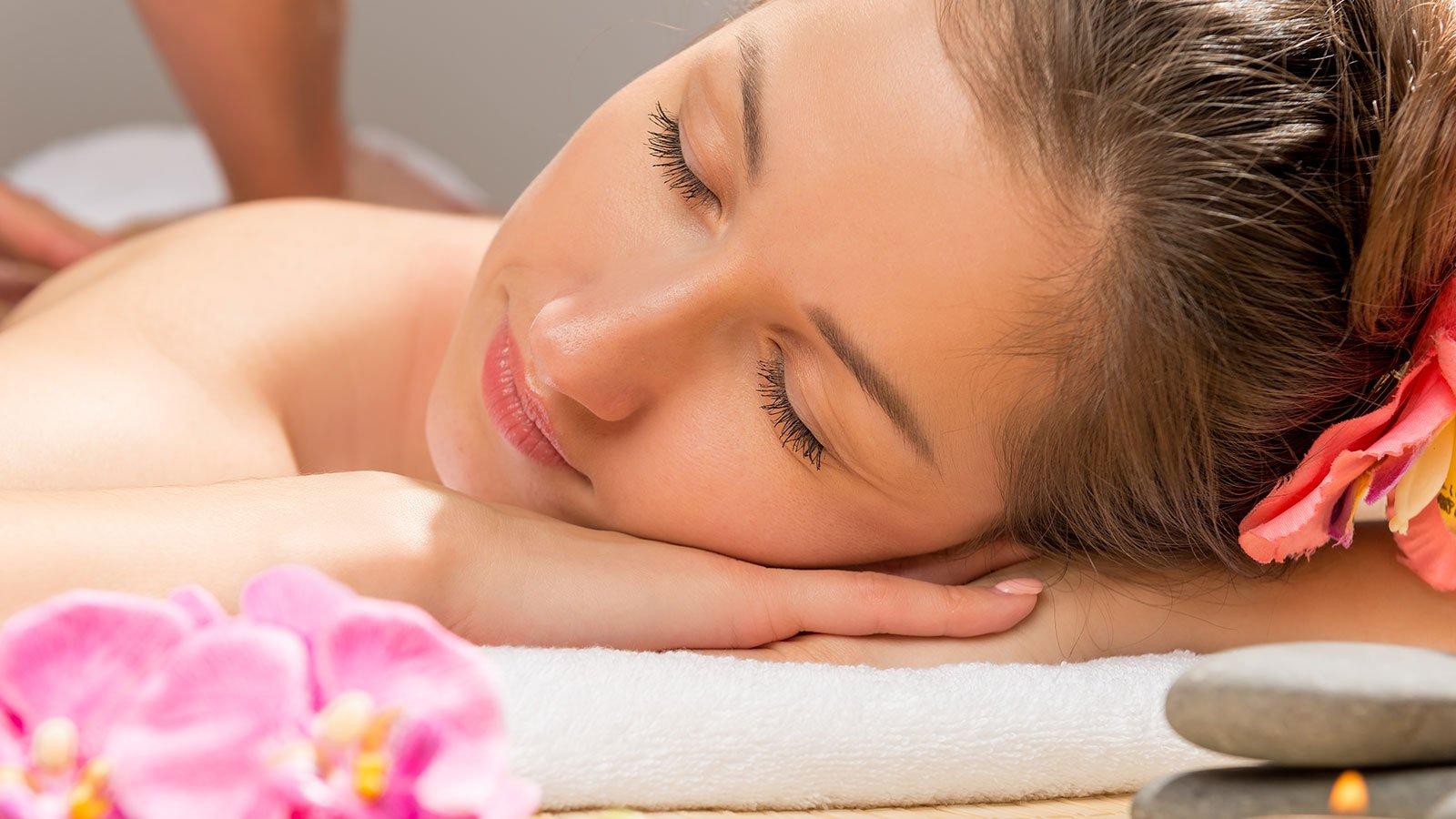 il viso di una donna sdraiata durante un massaggio