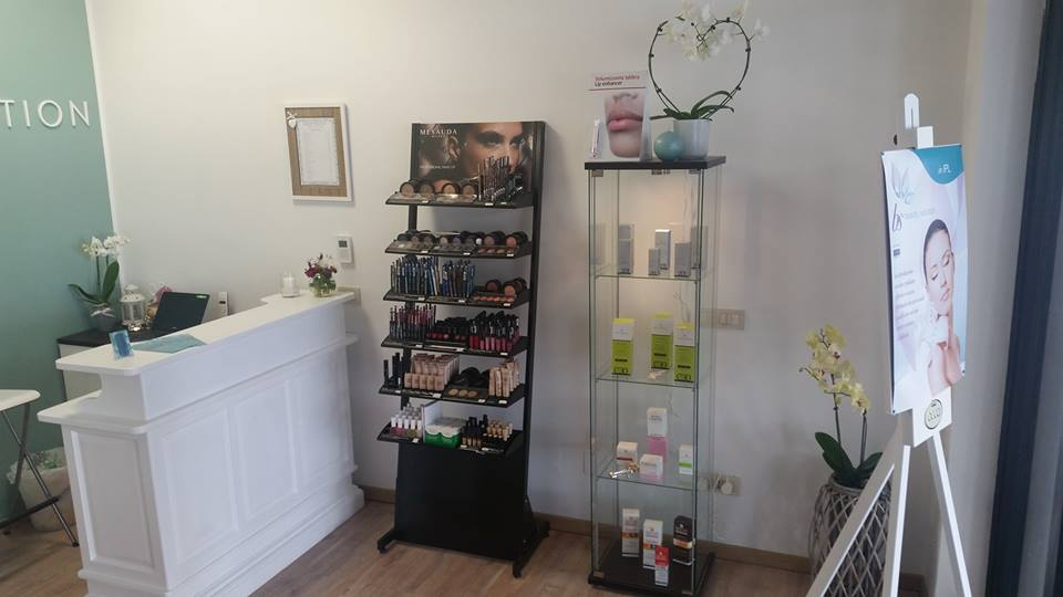una vetrina e un pannello con cosmetici in esposizione in un centro di bellezza
