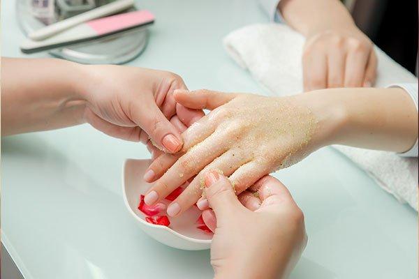 due mani che tengono una mano di una donna