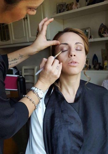 Make-up artist trucca una ragazza