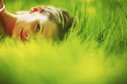 donna su erba