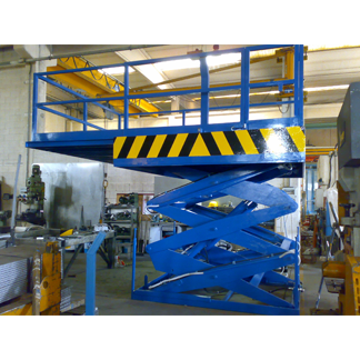 Piattaforma elevatrice a tre pantografi