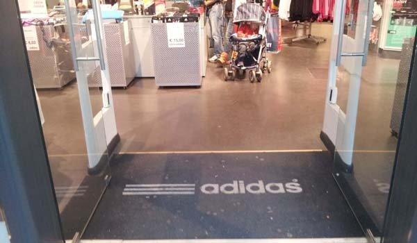 pavimento negozio adidas