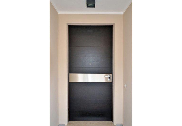 porta nera fascia alluminio